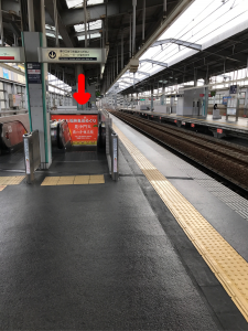 梅田方面、前から6両目真ん中にエスカレーターがあります。