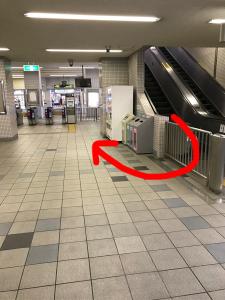 エスカレーターを降りて反対側に出口があります。
